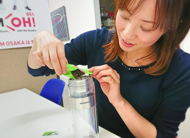画像: ボトルを逆さにして、蓋を開けて茶葉をIN!
