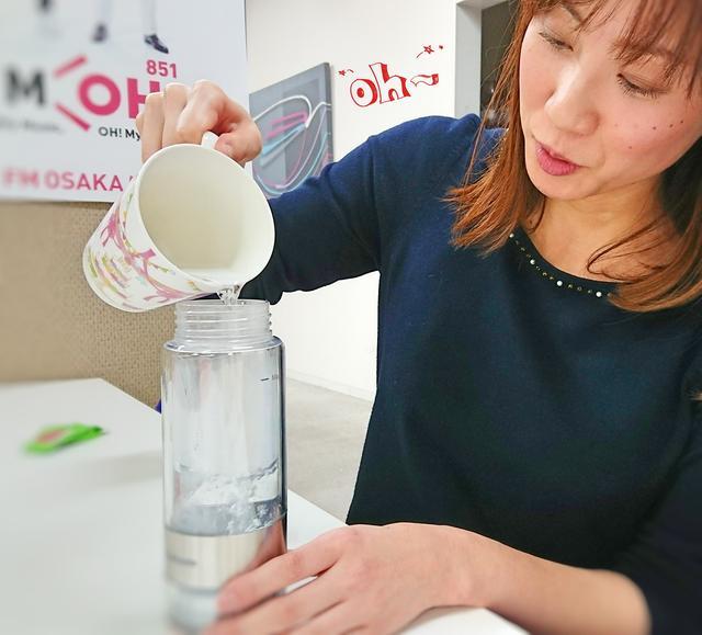 画像: 蓋を閉めて、ボトルの向きを元に戻し、 上の蓋を開けてお湯を入れます。