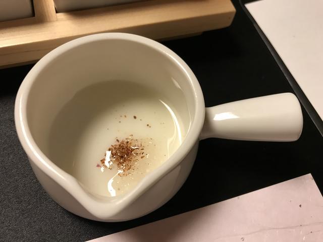 画像: 絞り出したオイルに、塩とハーブを加えて、完成!