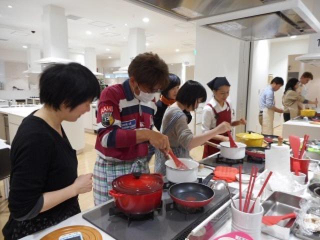 画像: 男性の参加者も。帰ってご家族に手料理をふるまうとのこと。