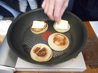 画像: チーズは半分に切って、また半分に折ってます。