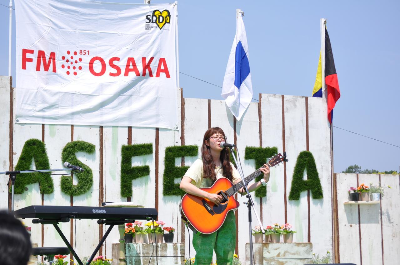 画像: 村上紗由里さん。ギターでの弾き語り。とっても気持ちよさそうに歌っていらっしゃいます。