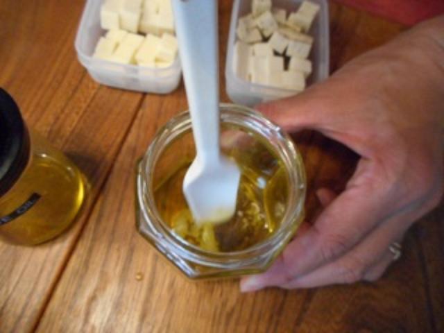 画像2: チーズのにんにくオイル漬け