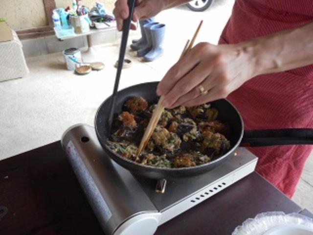 画像: お箸やら、フライ返しやらを使って、上手くひっくり返してください。