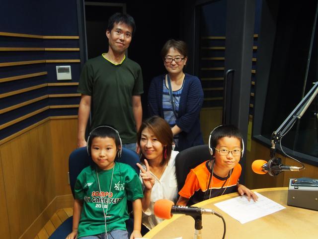 画像: 平松さん一家。収録が終わると素直に「緊張した!」とお兄ちゃん。