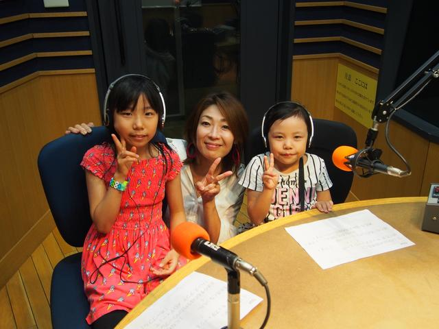 画像: 國木姉妹。お姉ちゃんのフォローもあって、バッチリ読めました!