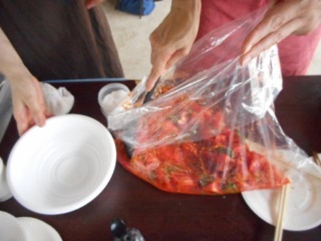 画像: 今回は屋外の調理なのでビニール袋を使用。 キャンプのときなどは、これだと洗い物が少なくて便利!