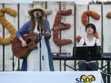 画像: まずは伊禮 恵さん。ゆったりと、安らぐような歌声で会場を包み込みました。