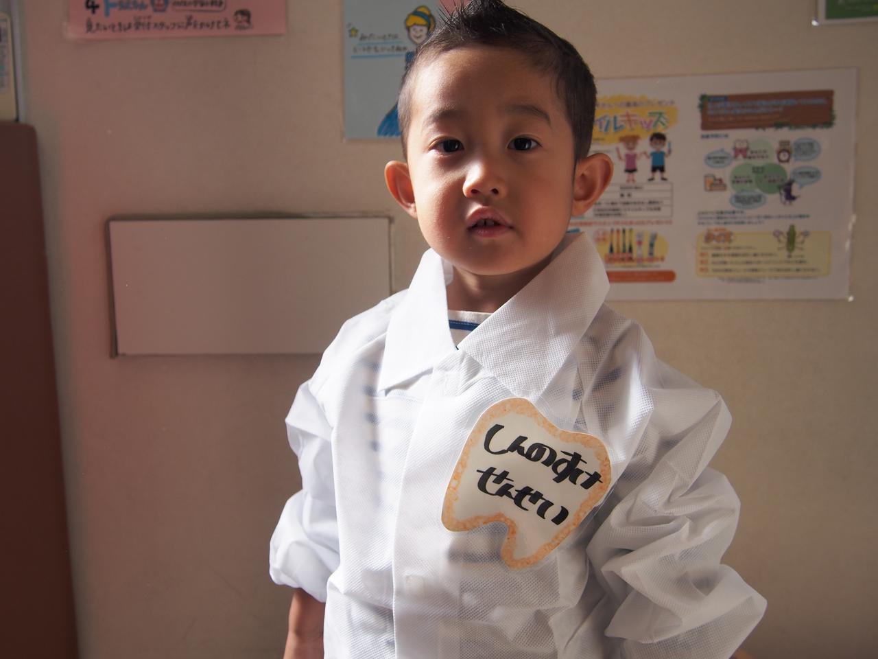 画像: おこちゃまも今日は先生!白衣を着て、表情も引き締まります。