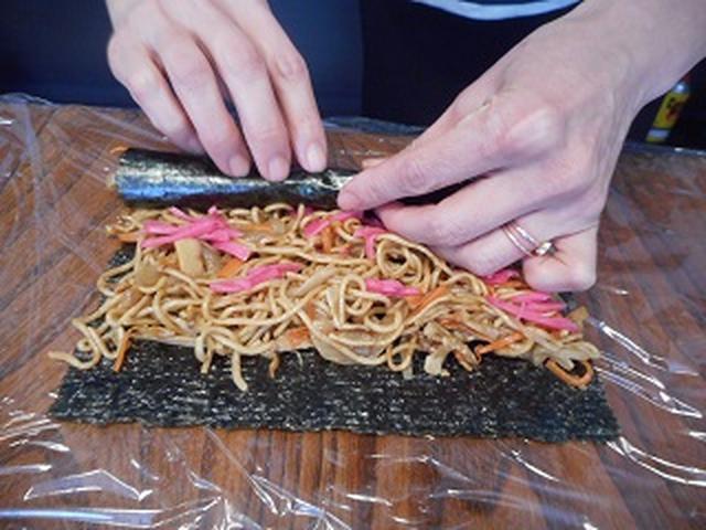 画像4: お寿司だけが海苔巻きじゃない!焼きそば海苔巻