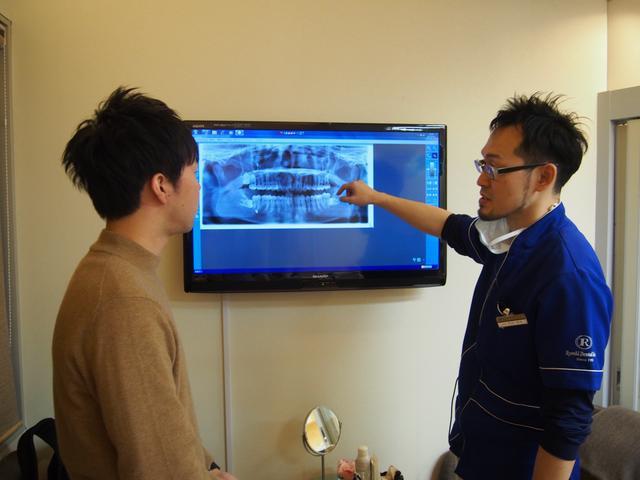 画像: 診察室に移動すると、さきほど撮ったばかりのレントゲンで説明を受けます。
