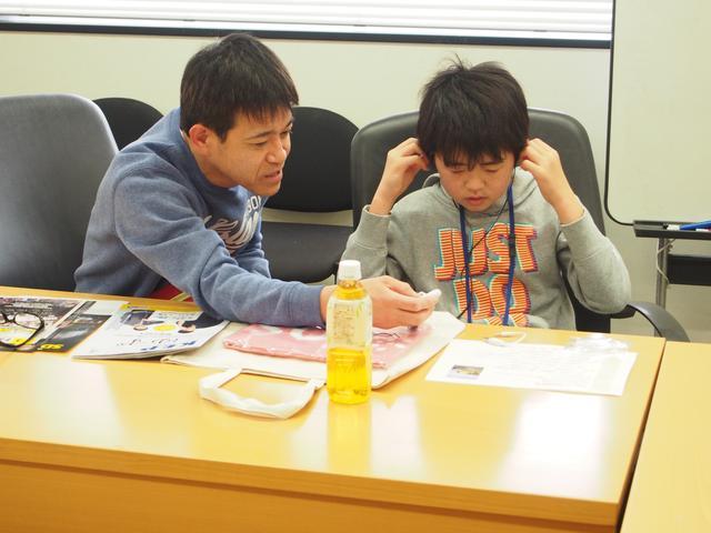 画像: お父さんもラジオについて一緒に勉強・・・。