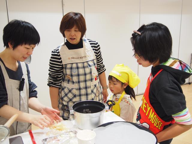 画像: 櫻井先生も、それぞれのテーブルをまわって、一緒に作っています。