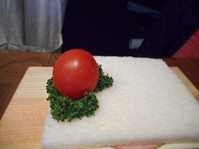 画像: その上から、爪楊枝にミニトマトを刺します。
