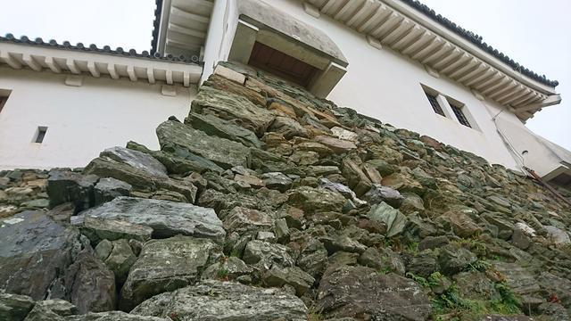 画像: この石垣に秘密が隠されているんです。