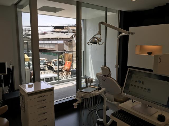 画像: テラス付き。歯医者ですが、美術館のようです。