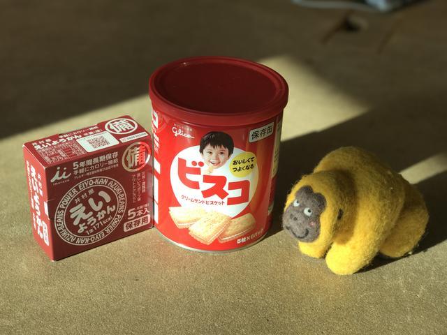 画像: 大森さんは、なによりも防災食をまずセッティング。いま食べちゃダメよ。