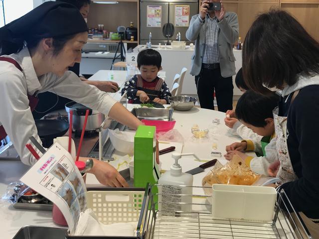 画像: お子ちゃまも料理中・・・。