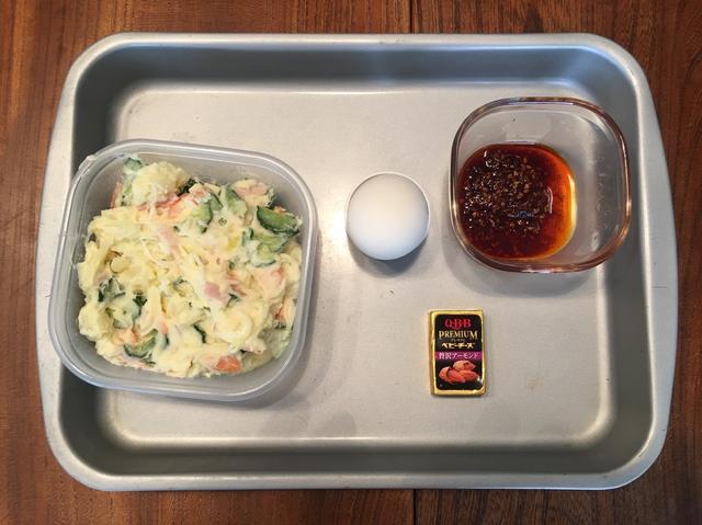 画像1: チーズポテサラの温泉卵とラー油かけ