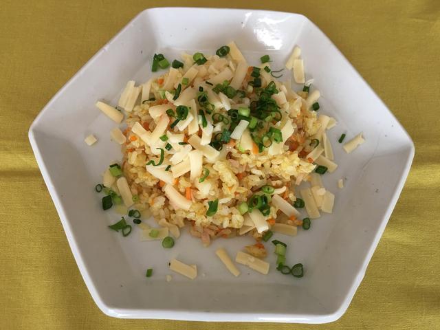 画像8: カツオ節カレーピラフのチーズかけ