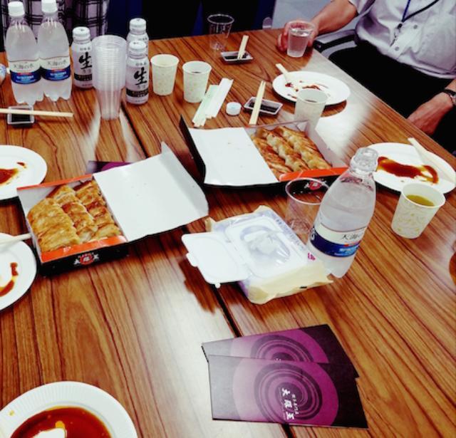 画像2: 今回は「なんMEGA!」がいつもお世話になっている、 【東映オフィス】のみなさんに餃子をデリバリーしてきました!