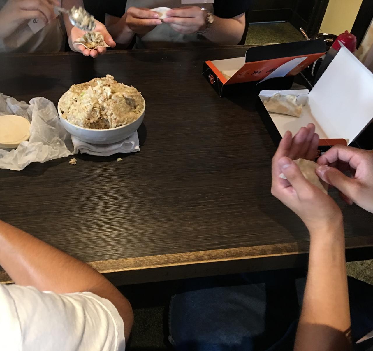 画像: 緊張のファーストコンタクトから餃子包み体験・・!
