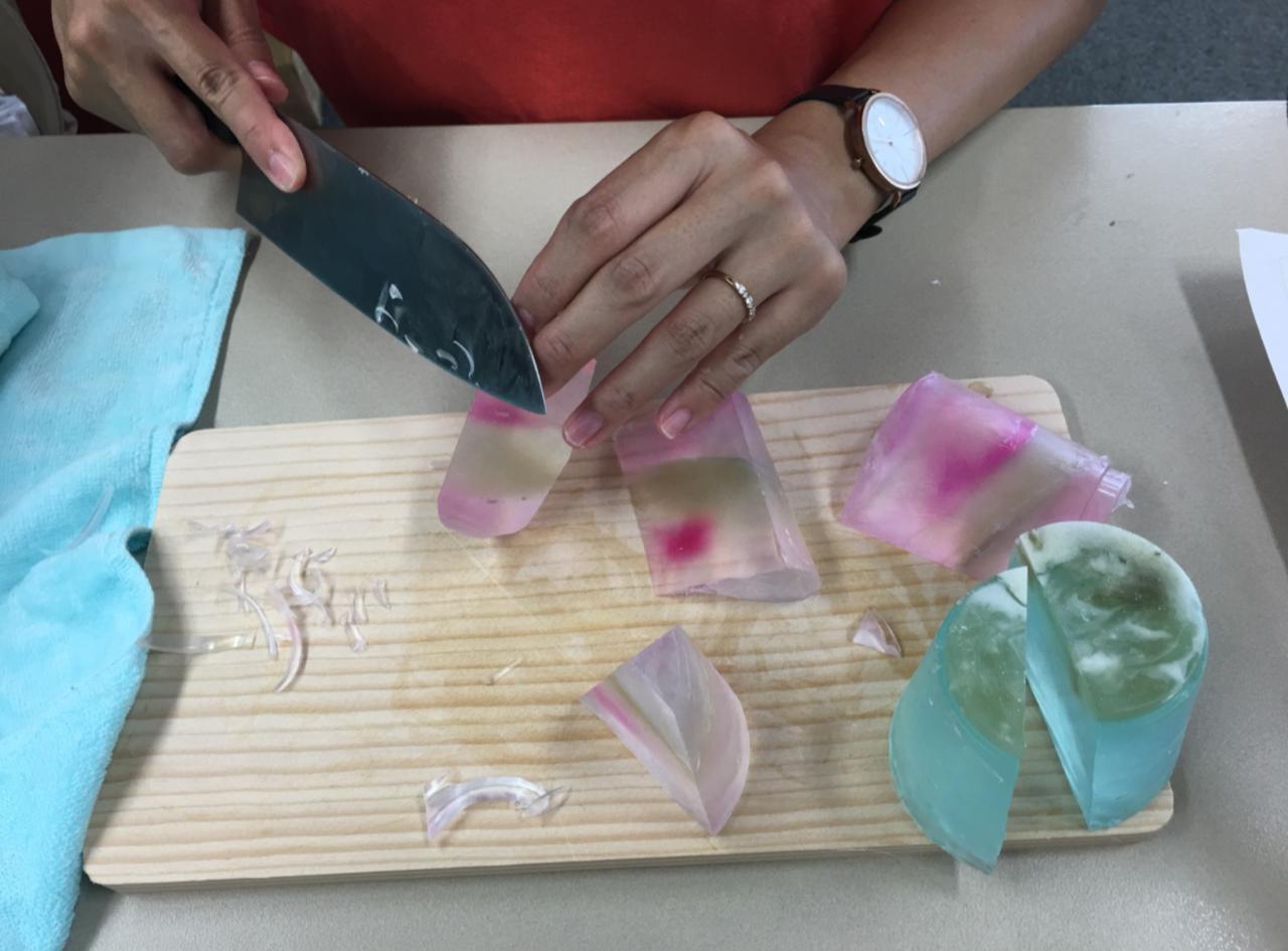 画像1: 固まったら・・・切る・水でぬらす作業へ!