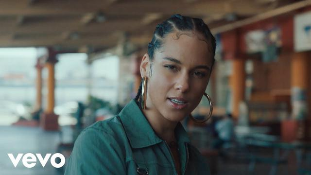 画像: Alicia Keys - Underdog (Official Video) www.youtube.com