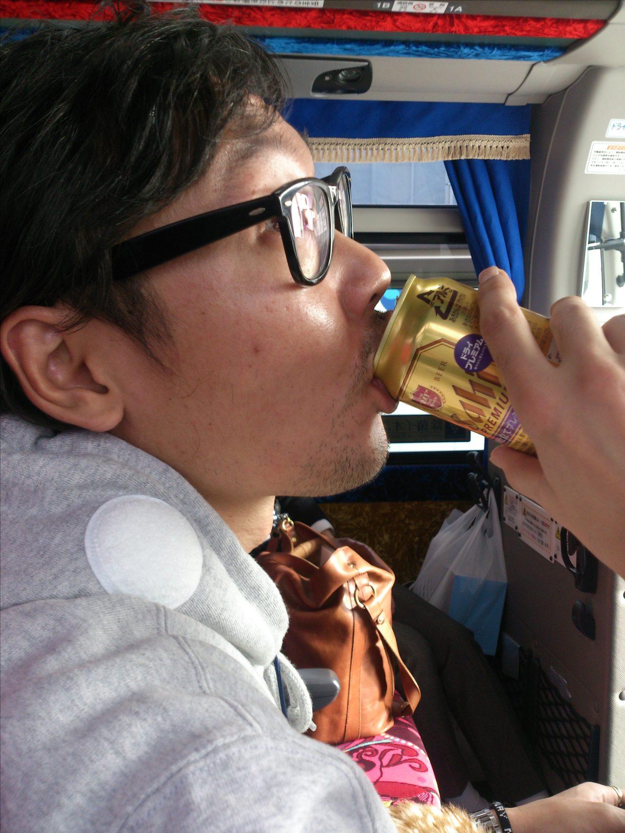 画像: バスに戻って、リスナーさんから頂いたビールをさらに飲む!