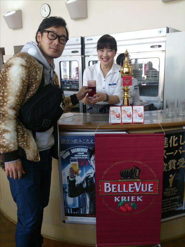 画像: ベルギーの、酸味もあり甘味もあるフルーティーな赤いビール「ベル・ビュークリーク」!! 今の時期だけ特別に試飲出来ちゃいます(*´∀`) さくらんぼが入っていて、作るのに一年かかるそうです。
