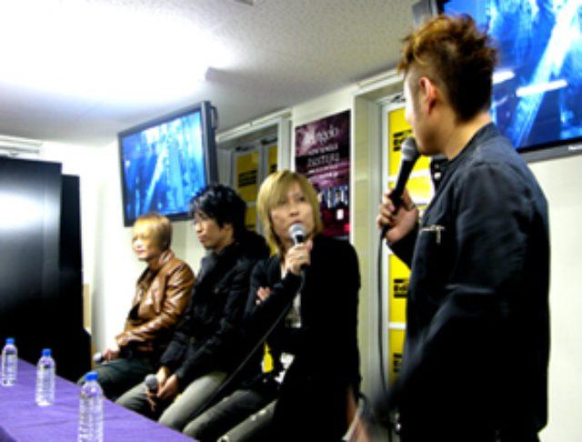 画像: BUZZ ROCKでは初となるライカエジソン大阪店での インストアイベント! Angeloは翌日に、なんばHatchでライブを行う事もあり ツアーの話をメインに、あれやこれやとお聞きしました! キリトさんのボケをツッこむ下埜正太!(笑) 後、キリトさんの顔のモノマネ、宍◯ 錠オモしろ過ぎます!(笑)