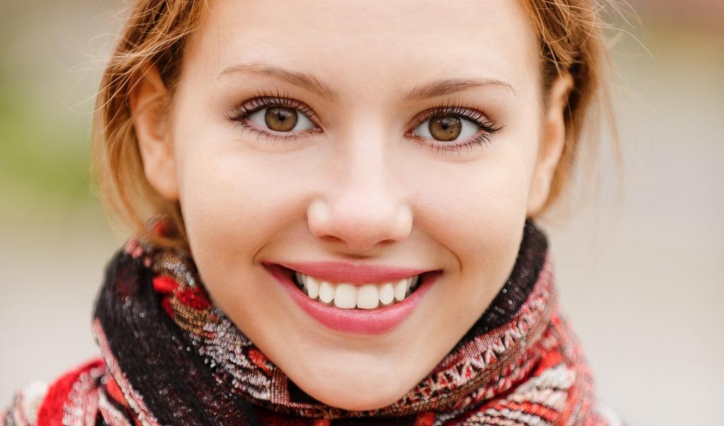 画像: ② 笑顔で話を聞いてくれる女性