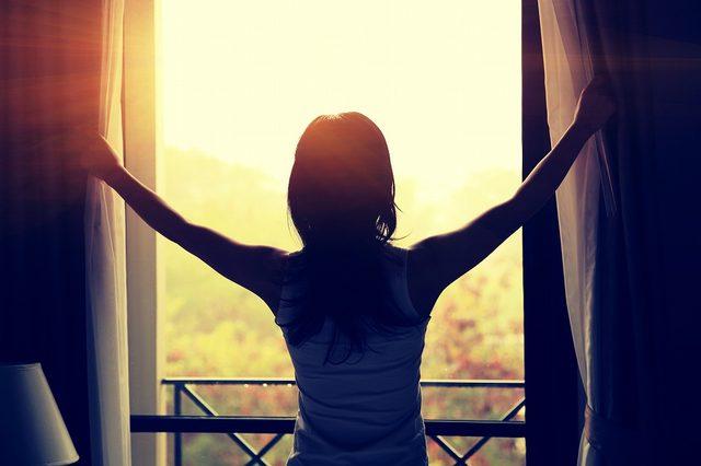 画像: ① 陽の光を浴びる