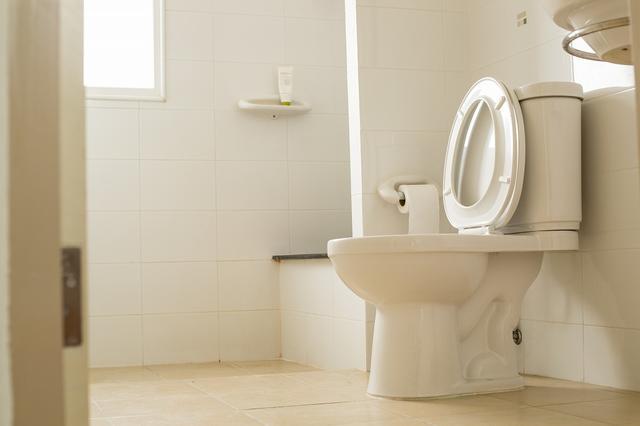 画像: ① トイレで電話やメールをする
