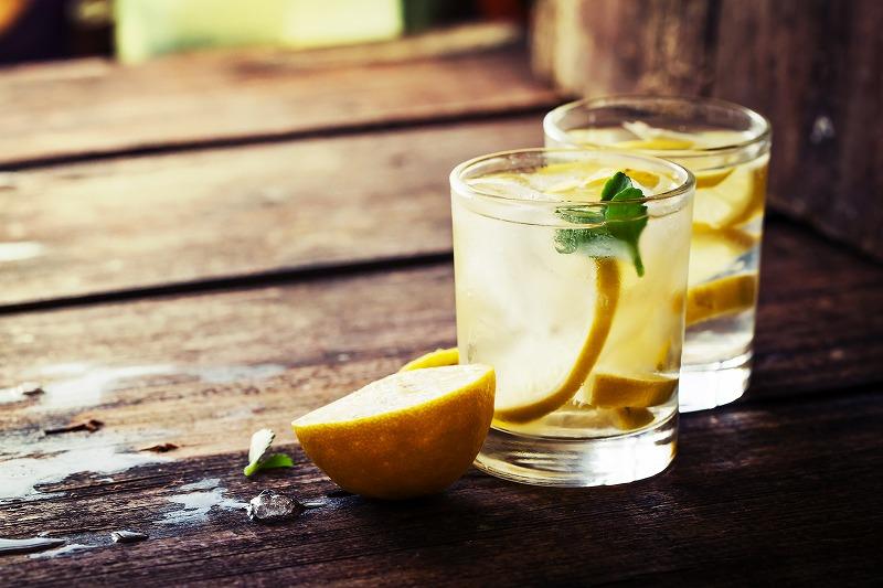画像: ② レモン水or緑茶を飲む