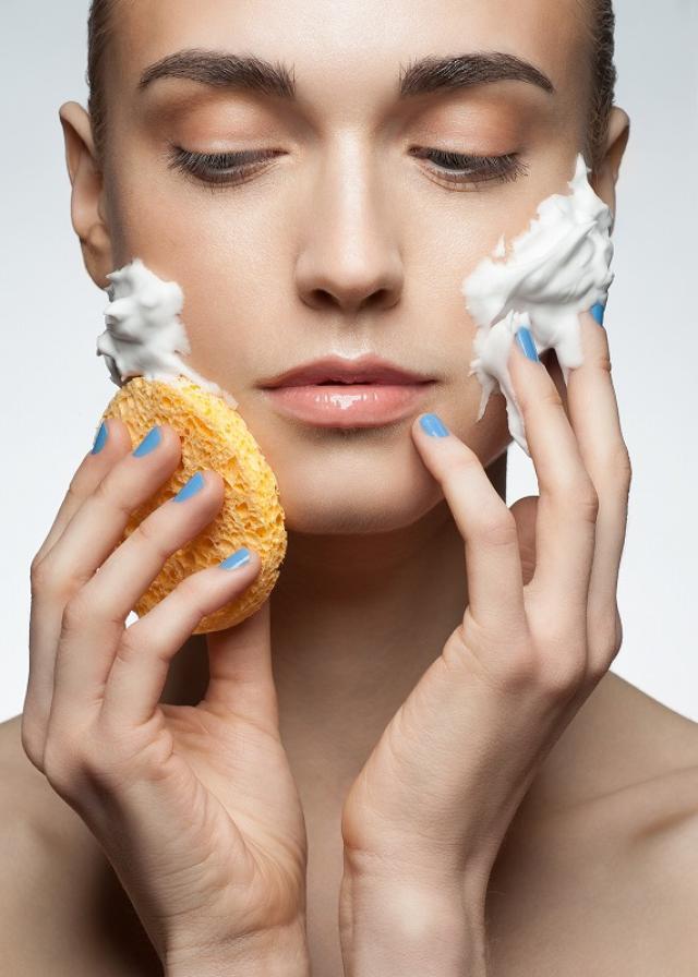画像: NG行為③洗浄剤を使って肌を洗う