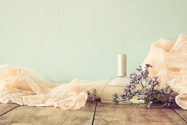 画像: 枕カバーや布団にアロマオイルをつける