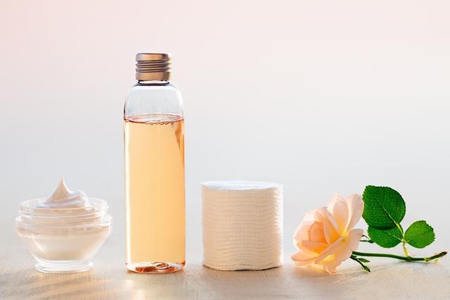 画像: 本気でシミを改善したいあなたはへ!シミに効く化粧水を選ぶコツ - Curebo(キュレボ)|毎日を輝かせたい女性のためのニュースメディア