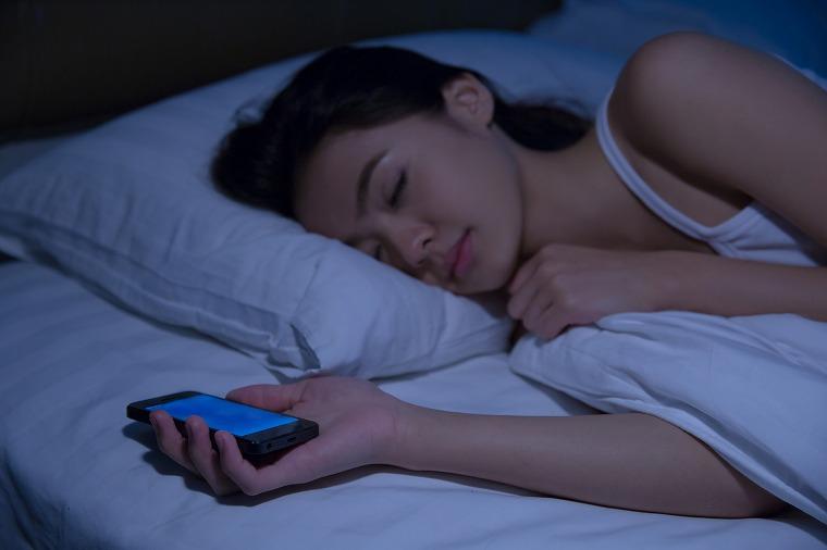 画像: ①寝る前のスマホチェックに注意