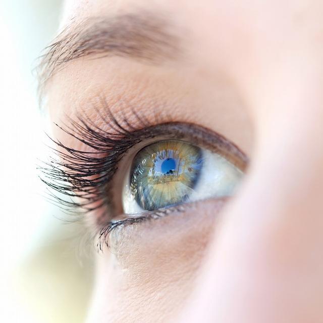 画像: 目を大きくさせると顔を小さく見せることが可能
