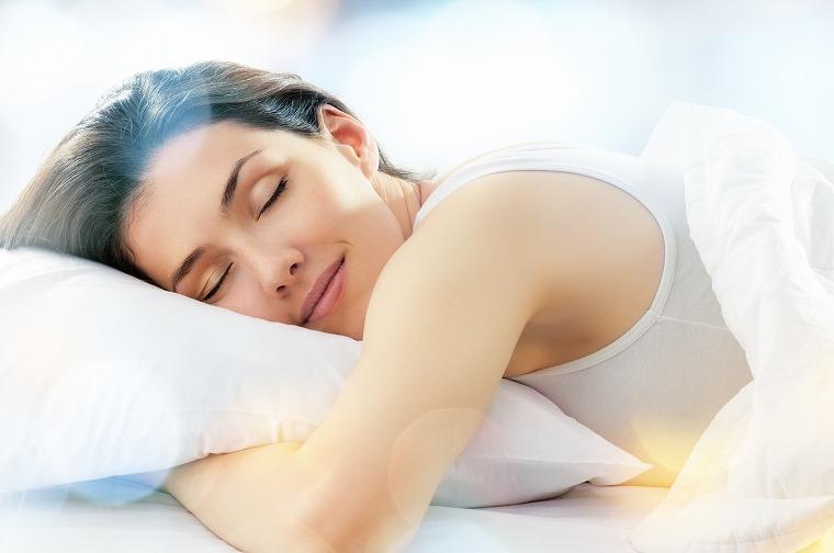 画像: 寝る前に水を飲むとぐっすり眠れる理由