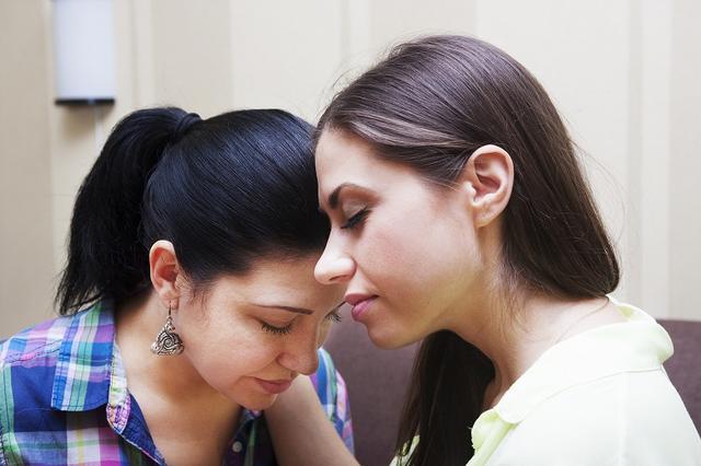画像: 信頼できる友達に悲しい気持ちを打ち明けてみる