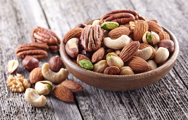 画像: ② 肌のかさつきを防ぐ「脂質」を含むナッツ