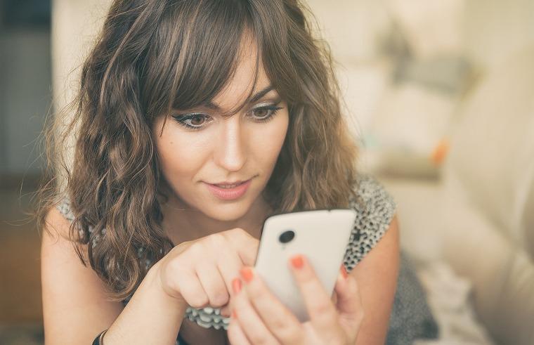 画像: 携帯機器の長期間利用は目のシワを作りやすくする