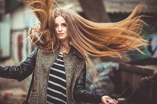 画像: 髪の毛に静電気が発生する