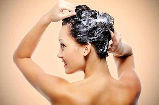 画像: ① 優しい指づかいで頭皮を洗う