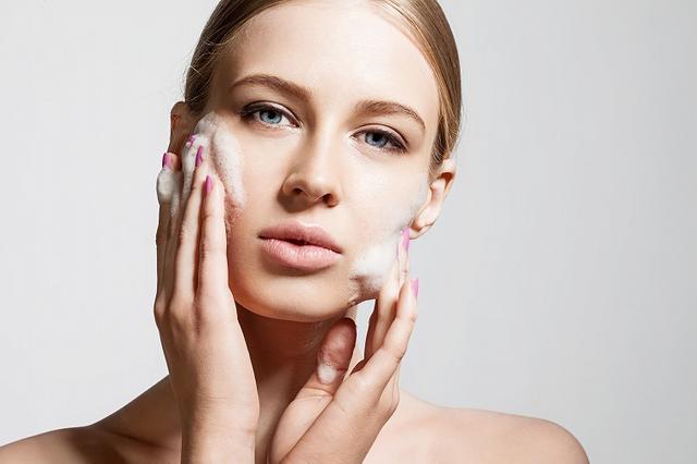 画像: 顔は泡で洗う!