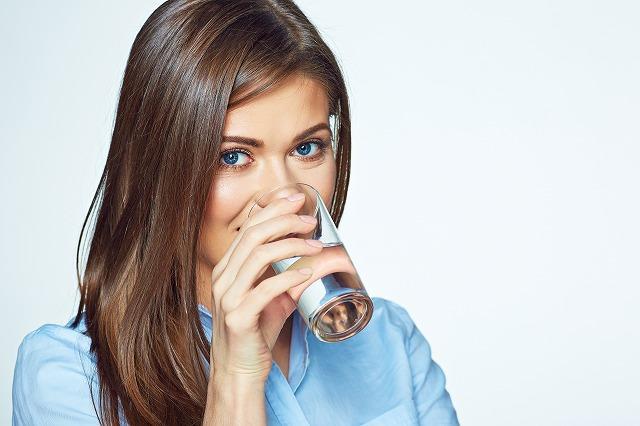 画像: 便秘に効果的な水の飲み方