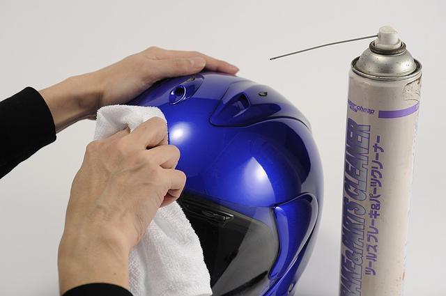 画像: ③貼る面を脱脂 貼る面に油分や汚れがあると、後々剥がれやすくなる。 充分に脱脂をすること。