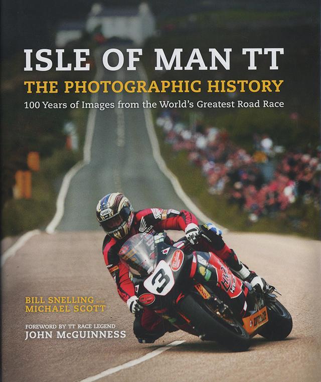 画像: マン島TT5000トロフィー・レース史写真集 Isle of Man TT - The Photographic History ハードカバー/W253×H311/カラー・モノクロ/256p/英語    ¥5,000 (税抜) 1907年初開催、今も続く世界最古の公道レース、マン島TTの歴史写真集。サドルとマッドガード、自転車に毛の生えた公道仕様車で疾走する初期の勝者C・コリエルのマチレスからロードレース界戦後初のスーパースターG・デュークの時代。平均時速100マイルの壁を超えたB・マッキンタイヤが駆るダストビン・フェアリングのジレラと広く活躍したJ・サーティスやS・ミラーの姿。60年以降はアゴスチーニ、ヘイルウッド、マクギネスらスーパースターが目白押し。ヒスロップらスペシャリストに交じりG・マーティンの父親や、昭和5年に参戦した日本人、多田健蔵氏の姿も見られる。「スーパースターでなく自分自身になりたい。(J・ダンロップ)」ライダー達の発言がレースの実像を身近にする。死と隣り合わせながら100年以上続いた意味の伝わる一冊